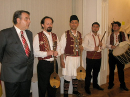 Изложба на традиционни инструменти и носии од АНИП (снимка)